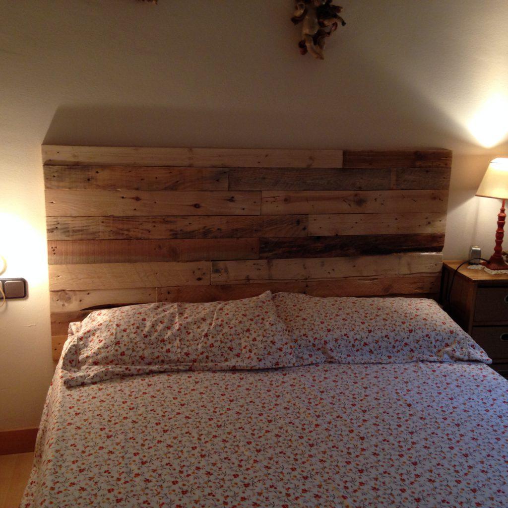Cabecero de cama fabricado integramente con madera de palets - Cama con cabecero ...